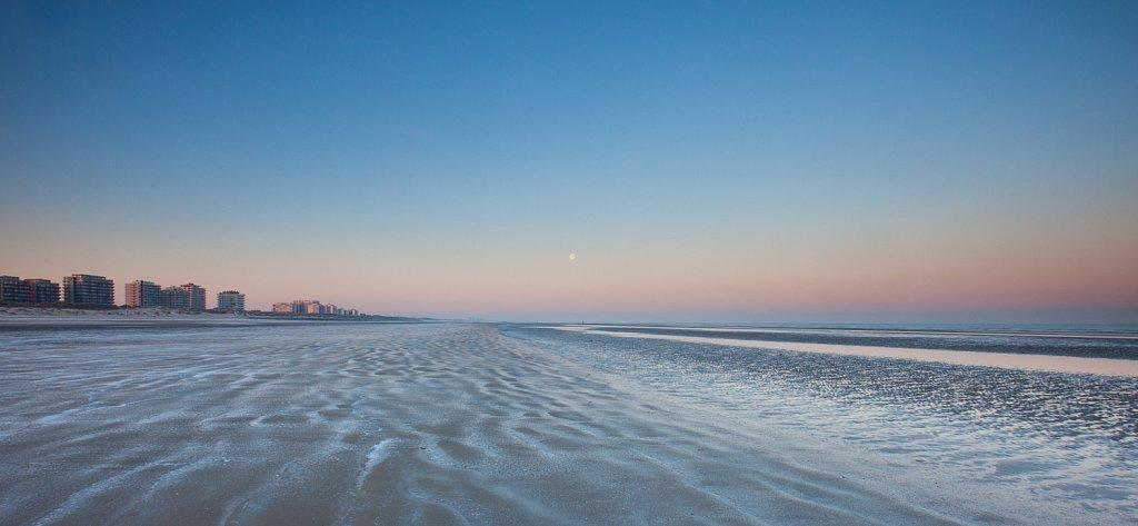 Bevroren strand bij dageraad.